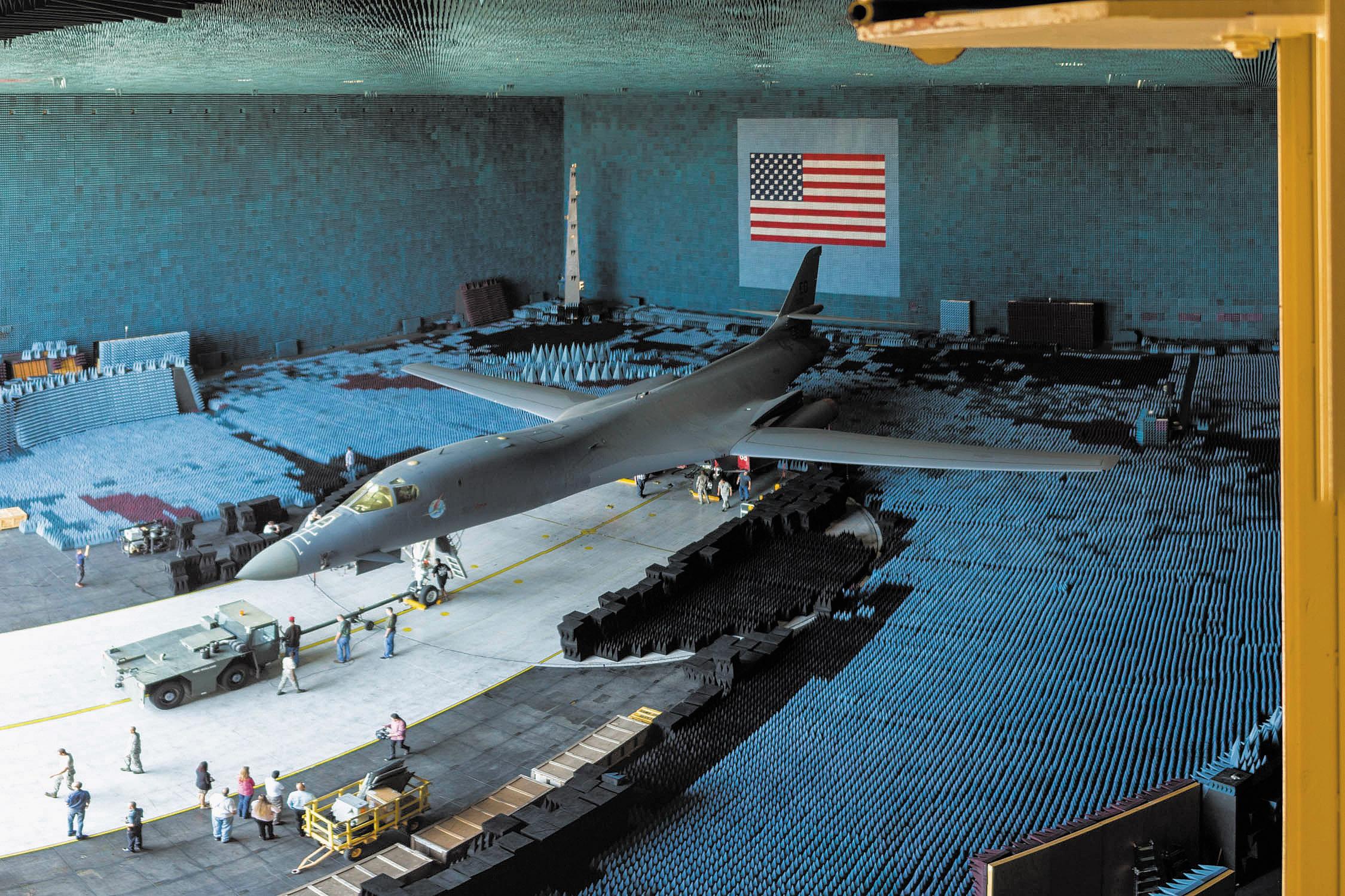 Тестирование бомбардировщика B1-B Lancer на  уровень ЭМП в безэховой камере