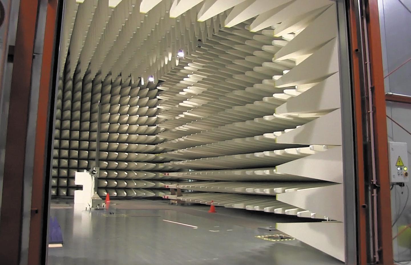 Большая полубезэховая испытательная камера компании EMC Technologies