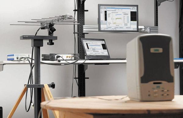Типовой набор для измерения уровня излучаемых ЭМП, подключаемый по шине USB анализатором спектра RSA500 компании Tektronix